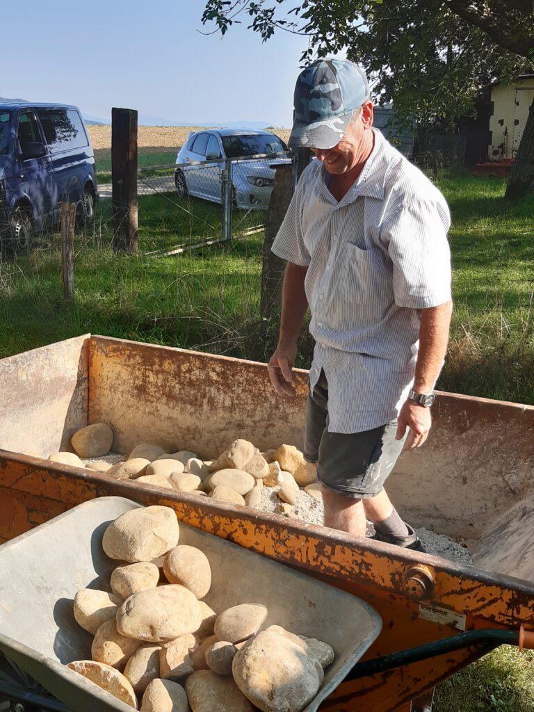 Steine werden für die Arbeit vorbereitet.